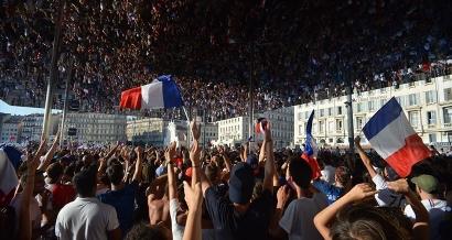 Victoire des Bleus: Les images de l'ambiance sur le Vieux Port à Marseille