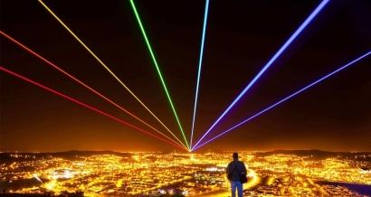 Un laser géant et multicolore dans le ciel de Marseille pour la clôturer MP2018