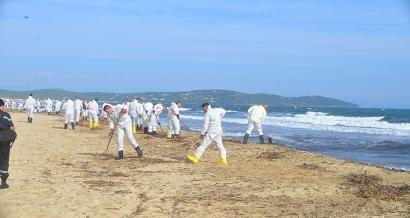 Pollution : Les opérations de nettoyage des côtes varoises devraient durer au moins 15 jours