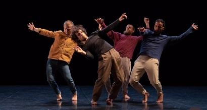 Des gens qui dansent au pavillon noir