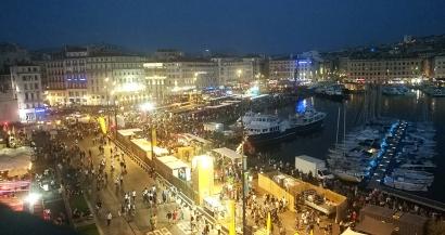 Nuit Etoilée: le Vieux Port fait le plein malgré l'annulation du spectacle et du feu d'artifice
