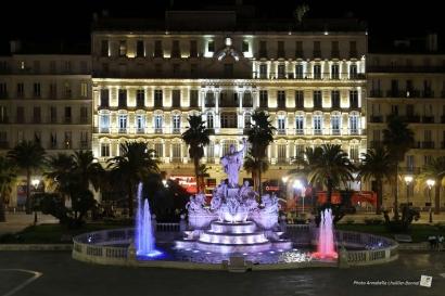 Toulon: les monuments de la ville aux couleurs bleu-blanc-rouge