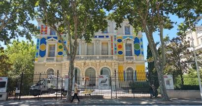 L'Hôtel des Arts rouvre avec une façade haute en couleurs
