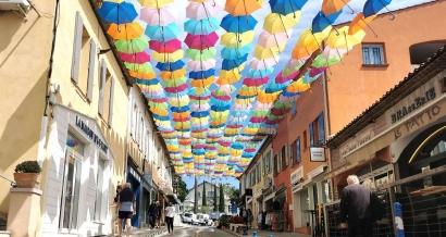 Le centre de la Croix-Valmer se colore avec des centaines de parapluies