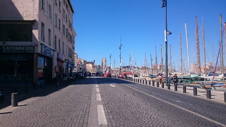 Un piéton tué par une voiture qui fonçait sur des abribus — Marseille