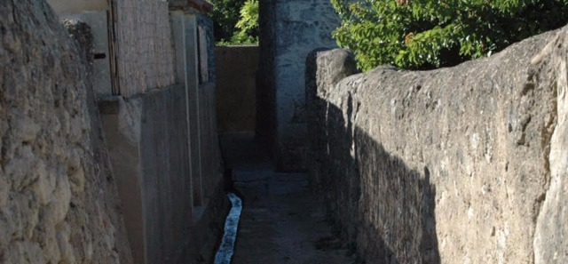 D couverte du village proven al de saint mitre les for Accessoire piscine st mitre les remparts